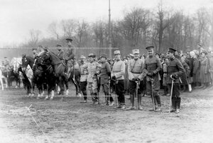 Представители иностранных военных миссий на параде войск.