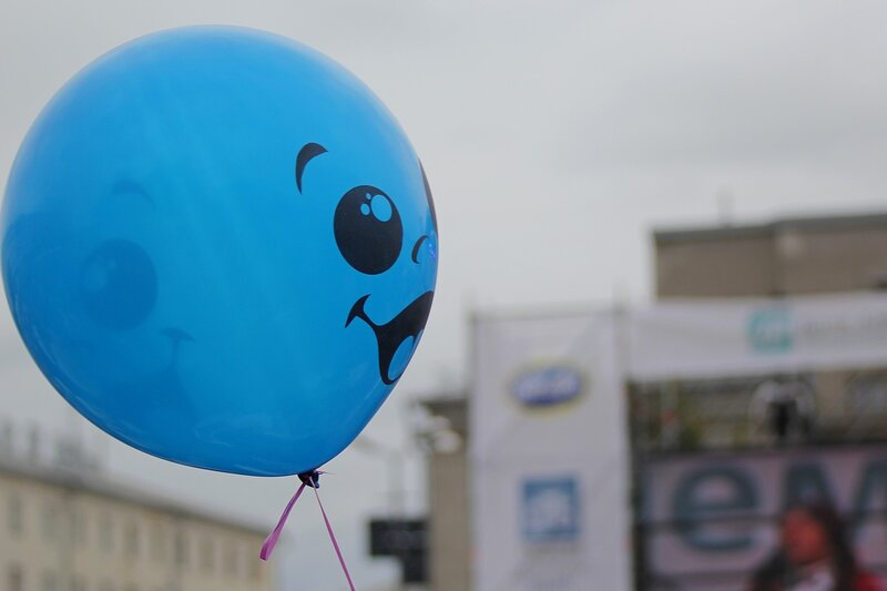 Синий воздушный шарик