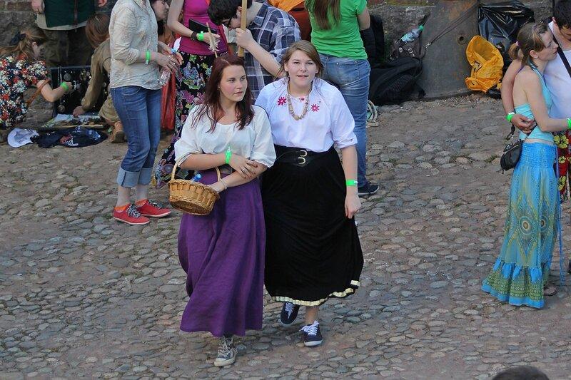 две крестьянки в кроссовках на фестивале «Майское дерево 2014»