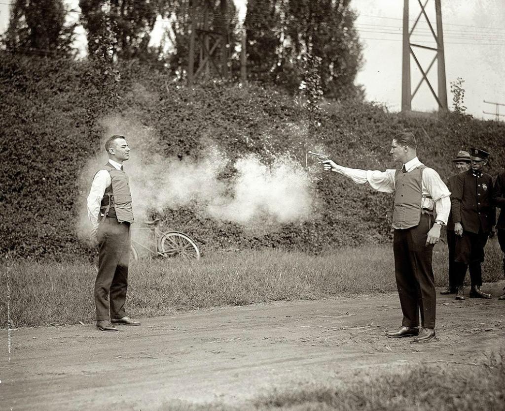 Тестирование новых пуленепробиваемых жилетов, 1923 год.