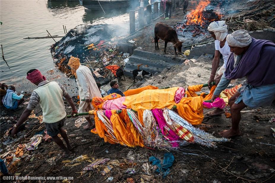 Варанаси. Здесь происходит ритуальное сжигание трупов, а пепел оказывается в Ганге - путешествие по Индии / India by Michal Huniewicz