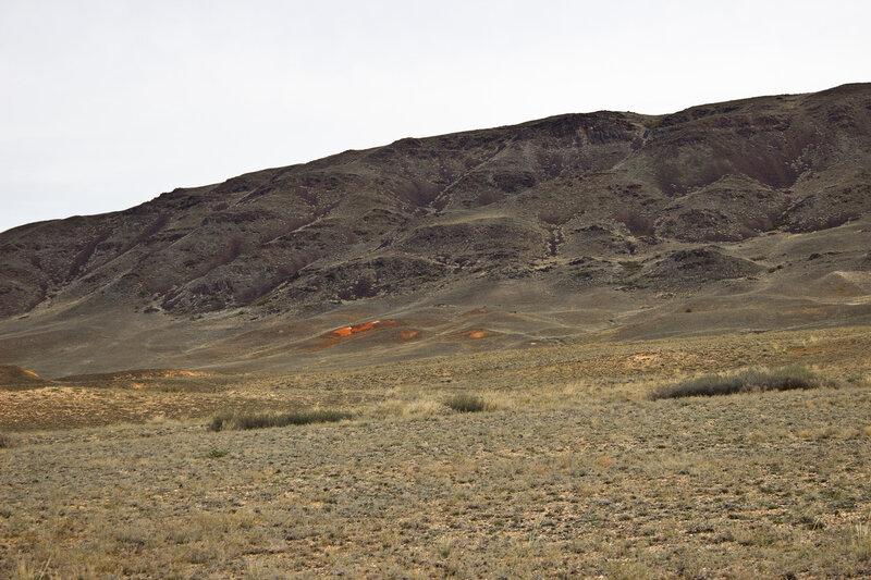 красная глина в подножий горы Караберик