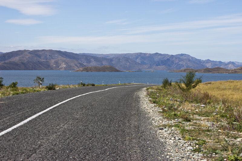 асфальтовая дорога вдоль Бухтарминского водохранилища
