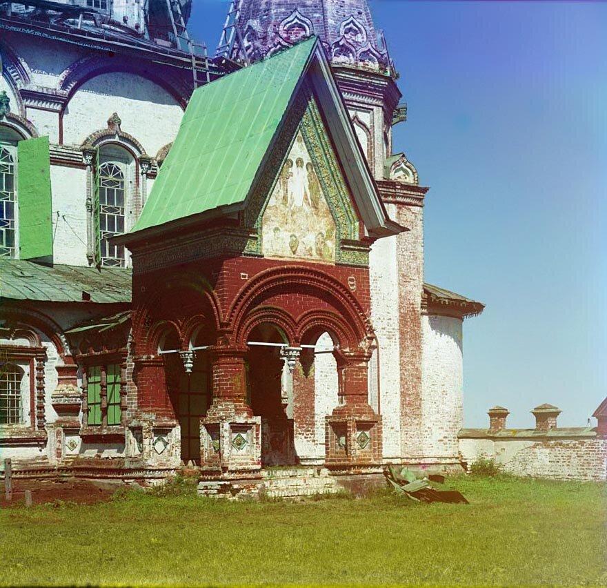 Вход в церковь Иоанна Златоуста (с юго-запада).