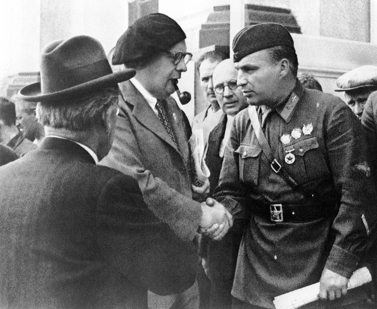 А.Толстой и В.Чкалов. 1937 год