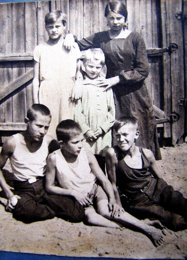 1936. Во дворе дома по ул. Базарная,15.