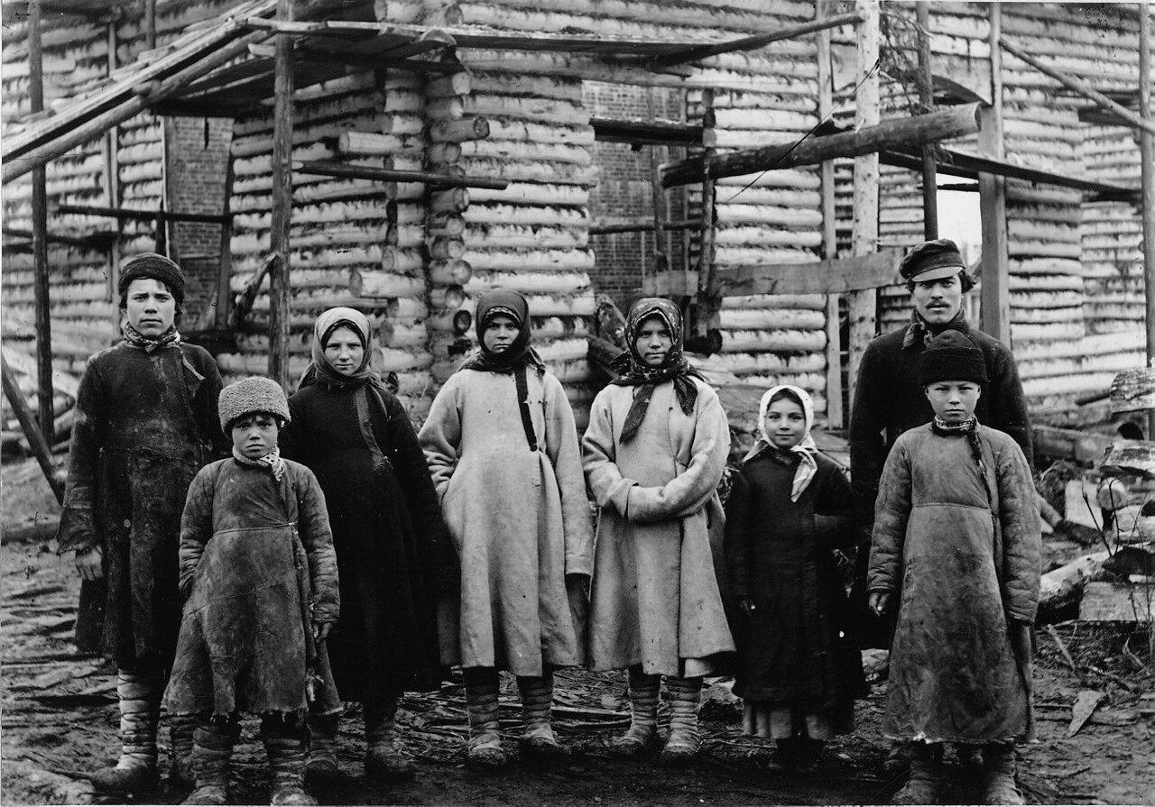 Местные крестьяне помещика Булгакова на работах во время строительства