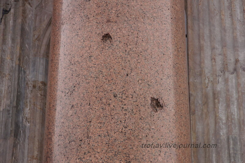 Следы осколков немецких снарядов на колонне Исаакиевского собора (собор преподобного Исаакия Далматского), Санкт-Петербург