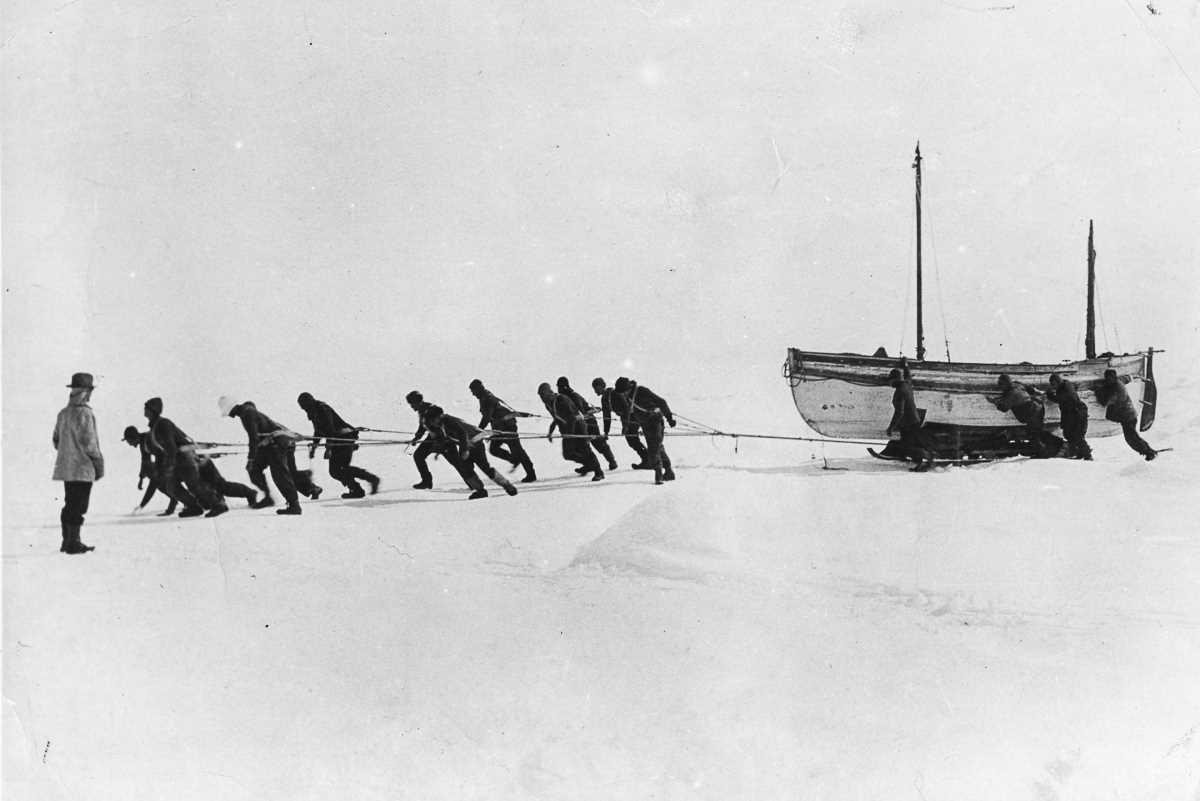 45. Члены экипажа тащат одну из спасательных шлюпок по льду после потери «Эндьюранса». Запасы продук