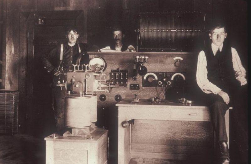 В том же 1909 году Кирилл Юэлл вместе со своей командой создал первый американский дуговой передатчи