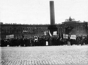 Манифестанты на Дворцовой площади с патриотическими лозунгами перед чтением манифеста.