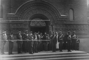 Командир и группа офицеров с полковым штандартом   в день празднования  200-летнего юбилея полка.