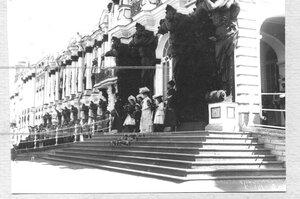 Члены императорской фамилии наблюдают за парадом полка на крыльце у Екатерининского дворца.