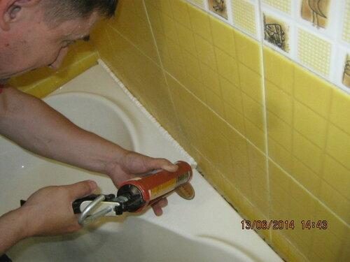 Затем стали присиликонивать ванну к стене