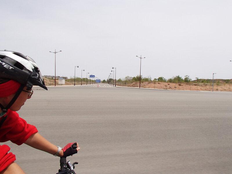 пустые улицы к непостроенным районам города Ордос