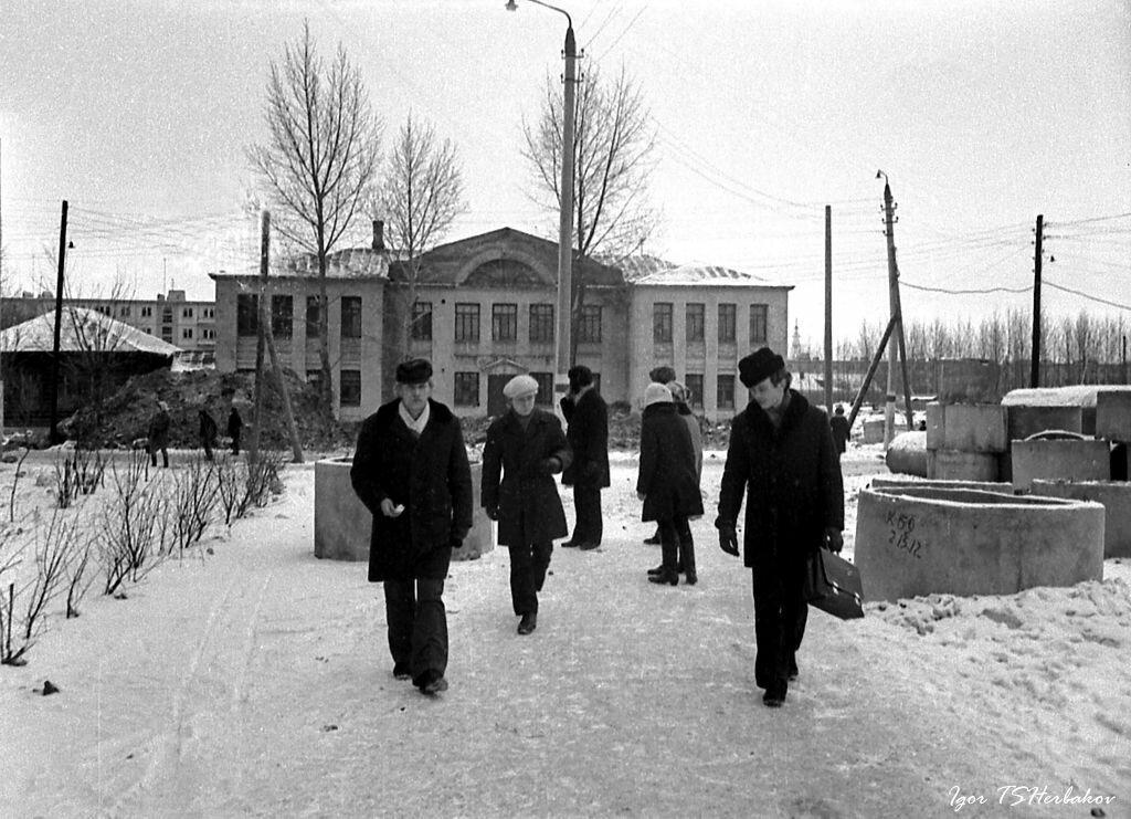 1972. 1 января . Чулково. Перекресток улиц Мичурина и Калинина. Школа №42.
