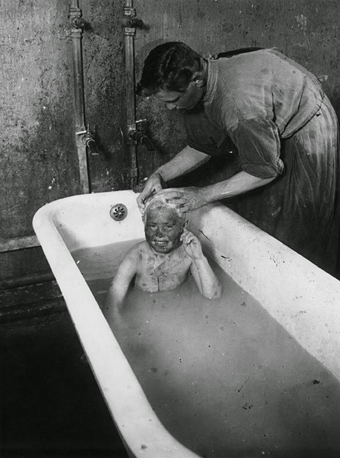 1925. Купание беспризорного мальчика в Покровском приемнике. Москва