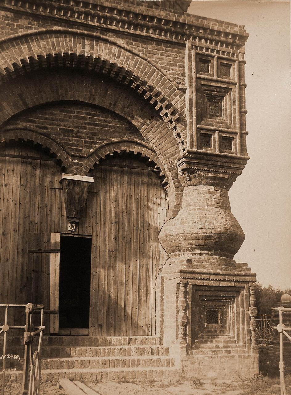 Вид части фасада часовни,построенной, по преданию, Иваном Грозным