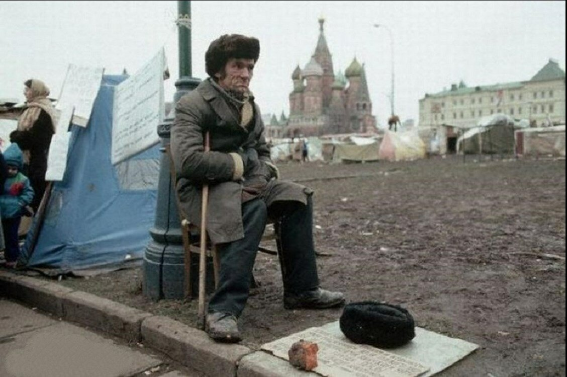 1990. Москва. Советские бездомные находят убежище в палаточных городках