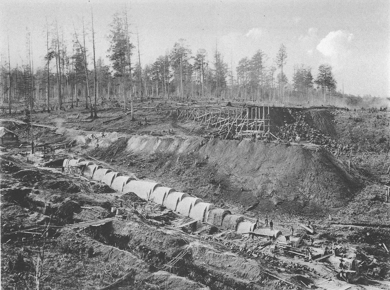 52. 2558 верста. Сооружение каменной трубы отв. 075 саж. и насыпи высотой до 9,33 саж. Строительный период 1908