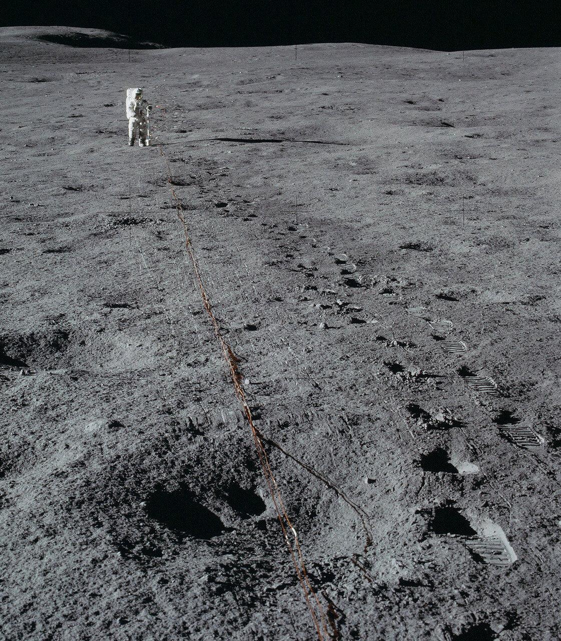 На сто восемнадцатом часу экспедиции приборы были установлены на грунте, а по поверхности проложен кабель с геофонами.  На снимке: Кабель с геофонами и Митчелл