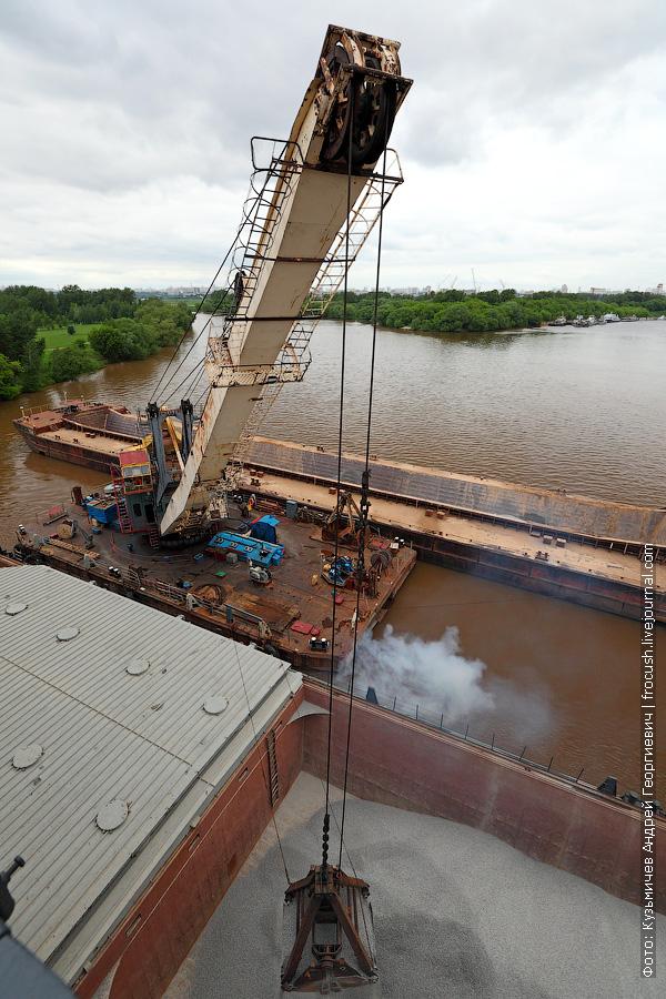 Сухогруз «Волго-Дон 201», плавкран «ПК-67» и баржа у Строгинского моста на Москве-реке