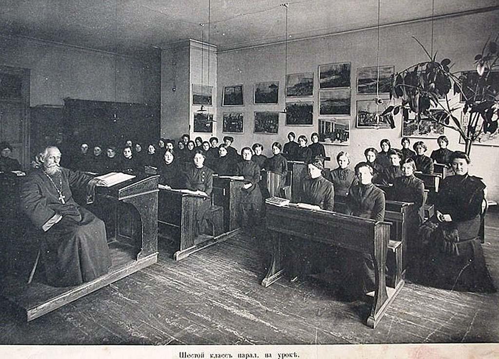 На уроке Закона Божия, учащиеся шестого класса, Нижегородское Епархиальное женское Училище