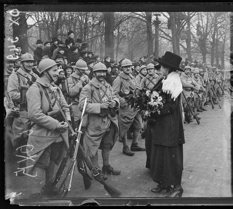 Paris, Ile-de-France, une jeune fille offre des fleurs à des soldats lors de l'arrivée de M. Wilson à Paris.