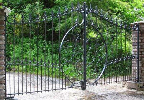 Преимущества кованных ворот в доме