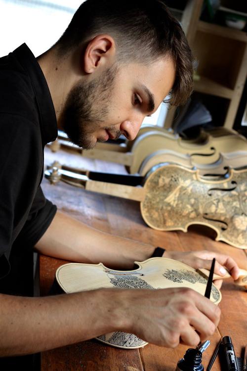 Поскольку Леонардо и сам любит музыку, ему нравится думать, что расписанные им музыкальные инструмен