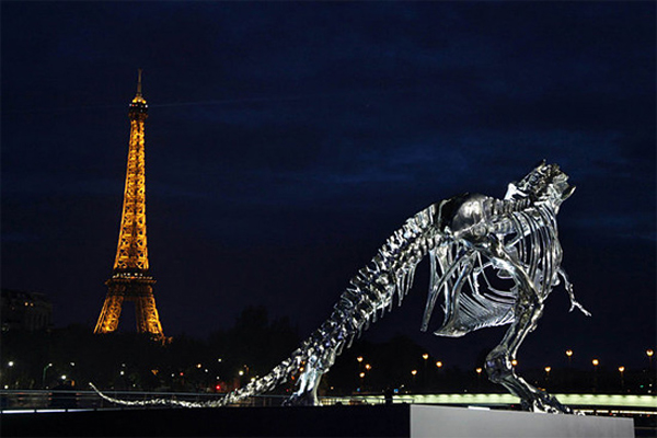 Chrome T-Rex скульптура на берегу Сены в Париже