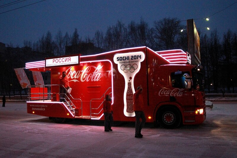 Эстафета олимпийского огня в Кирове: промо-автомобиль Coca-Cola в ночной подсветке