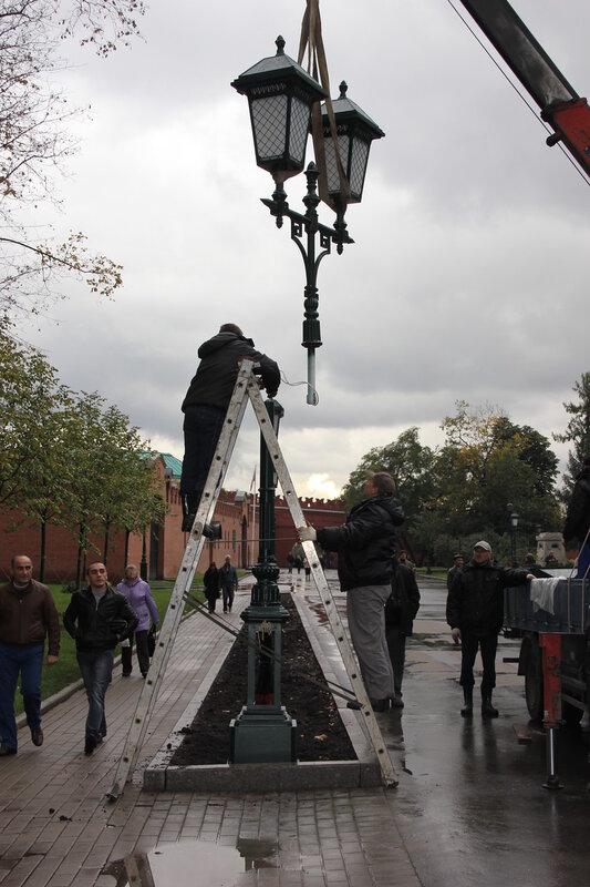 Установка фонарей в Александровском саду