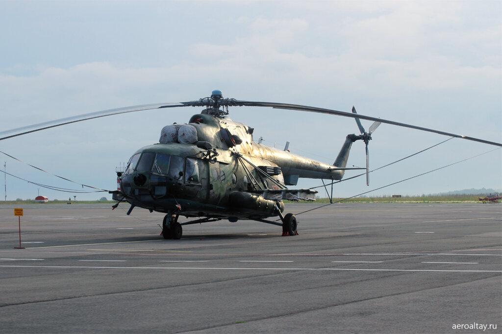 Военный вертолёт в аэропорту Барнаула