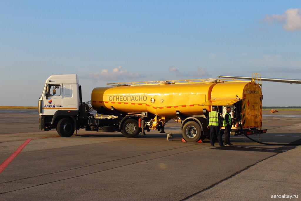 Топливозаправщик в аэропорту Барнаула