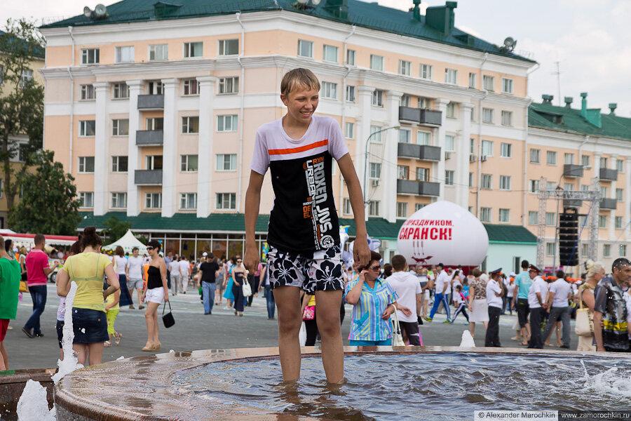 Купание в фонтанах на День города в Саранске 12.06.2013