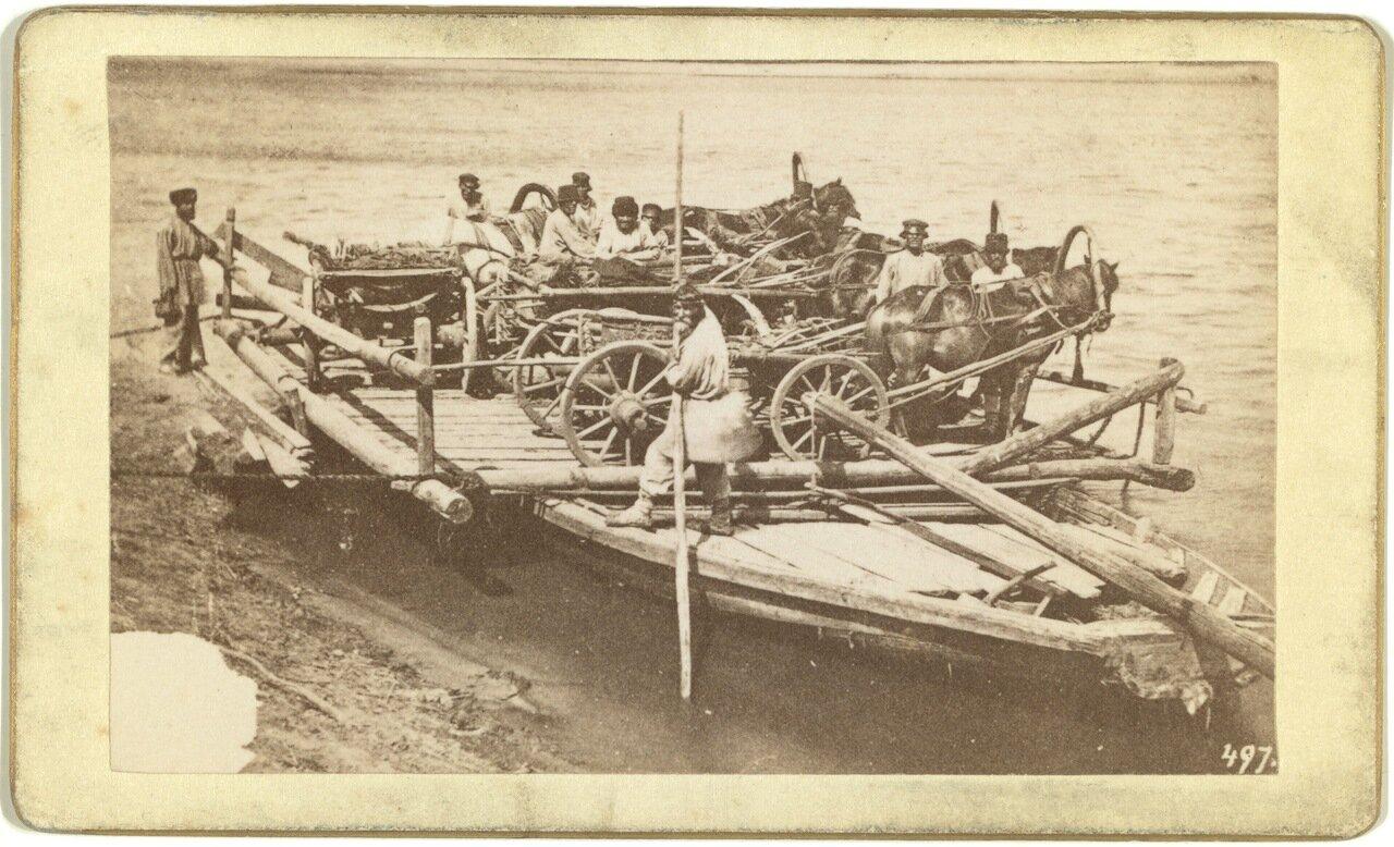 Груженный паром с людьми на русской реке