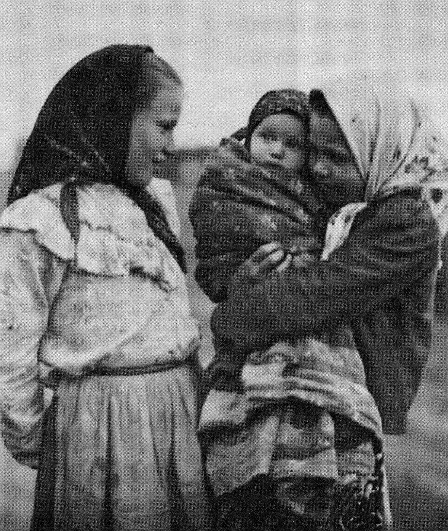Беседа. Фото С.А. Лобовикова. 1914-1916 гг.