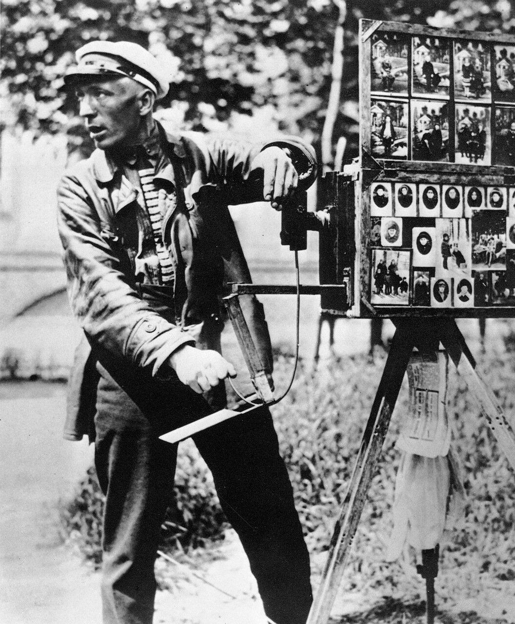 Уличный фотограф. 30-е годы.