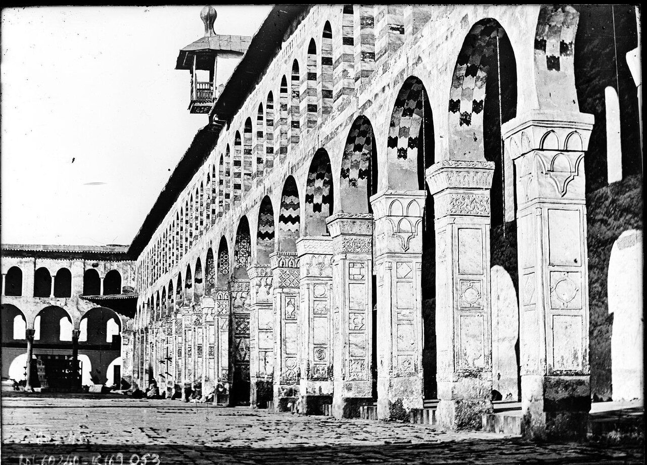 Двор и колонны Большой мечети. 1920
