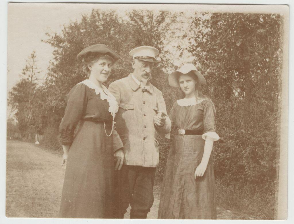 Эвелина Майделл с отцом Германом Франком и сестрой Илзе в усадьбе «Виколина». Польше