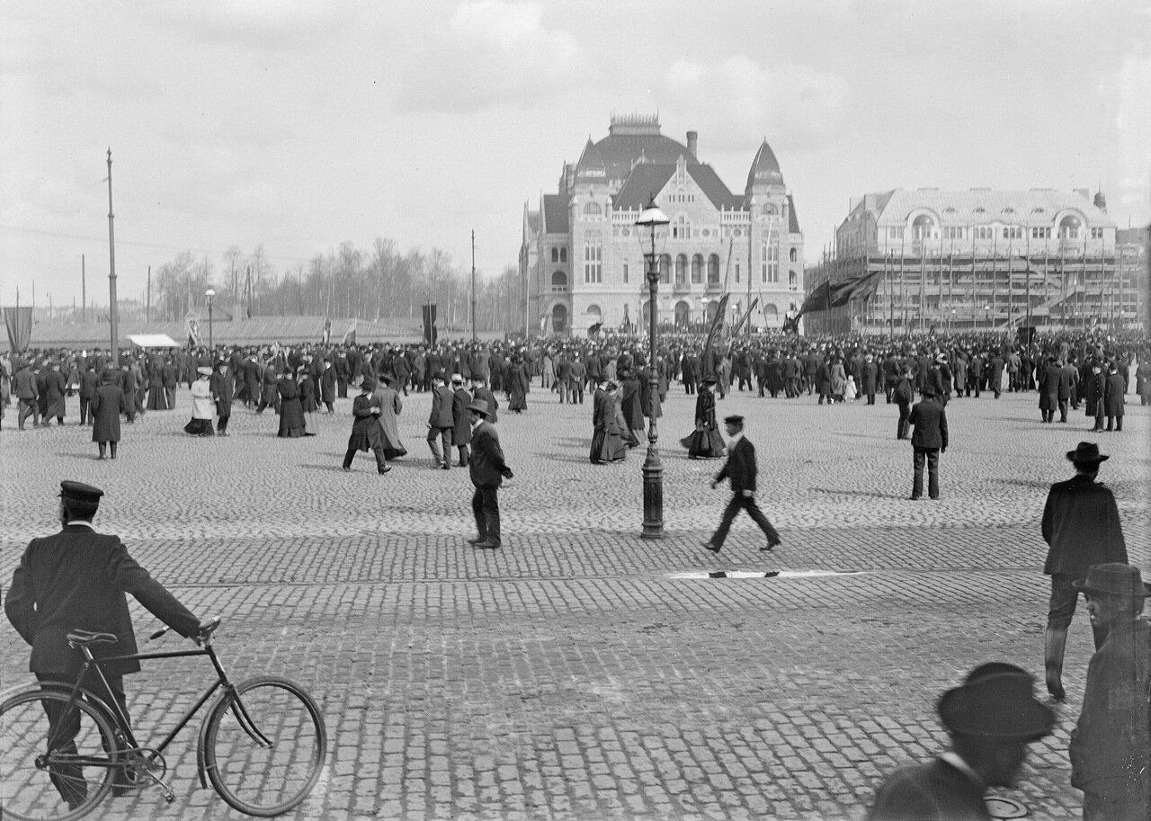 Привокзальная площадь, Центральный железнодорожный вокзал и Финский национальный театр