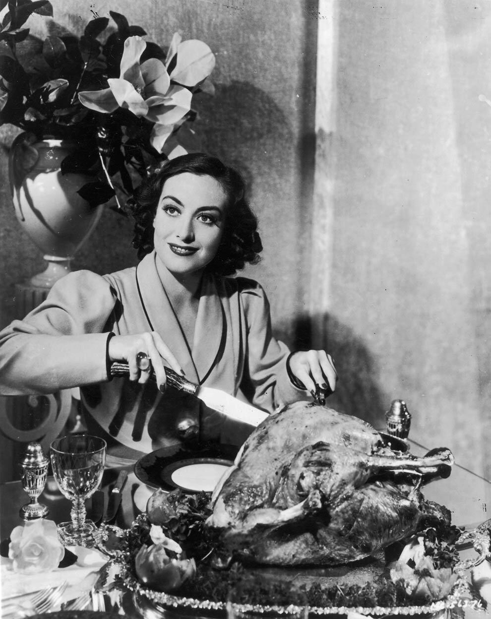 1930. Джоан Кроуфорд режет индейку. Для рекламного снимка