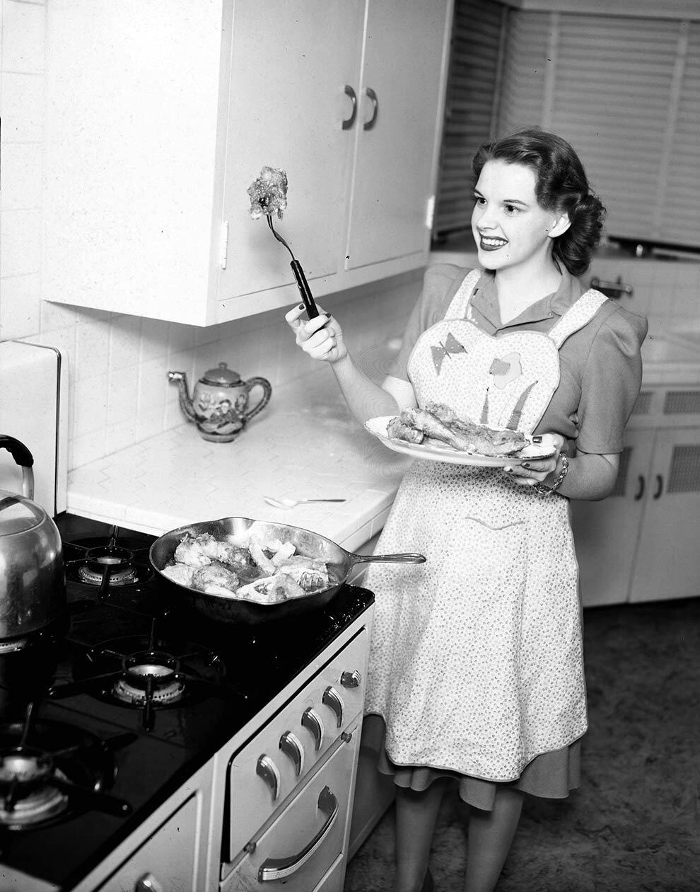 1955. Джуди Гарленд жарит курицу
