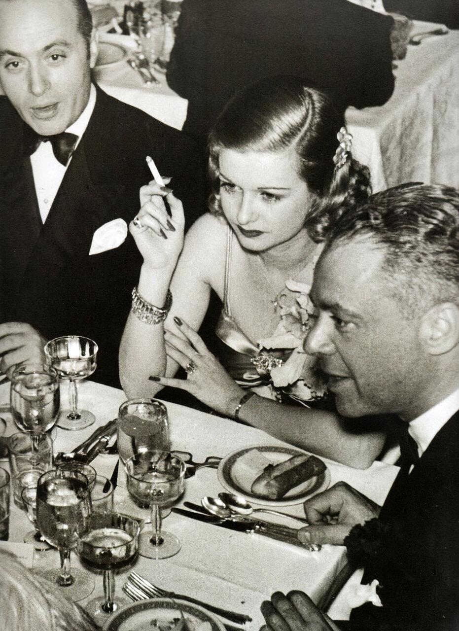 1937. Шарль Буайе, Джоан Беннетт и Уолтер Вагнер после церемонии вручения «Оскара»