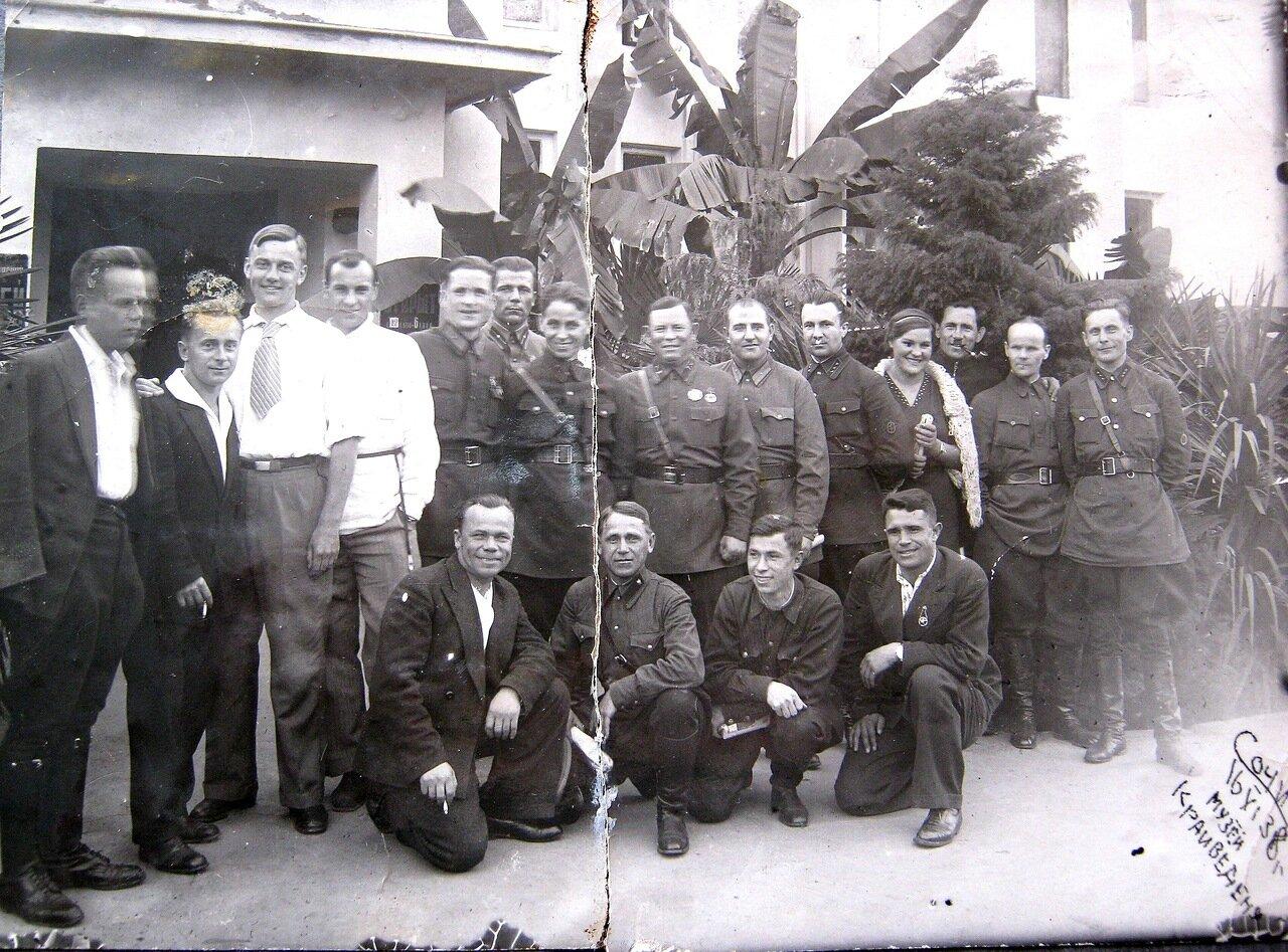 1938. Группа отдыхающих работников НКВД у краеведческого музея