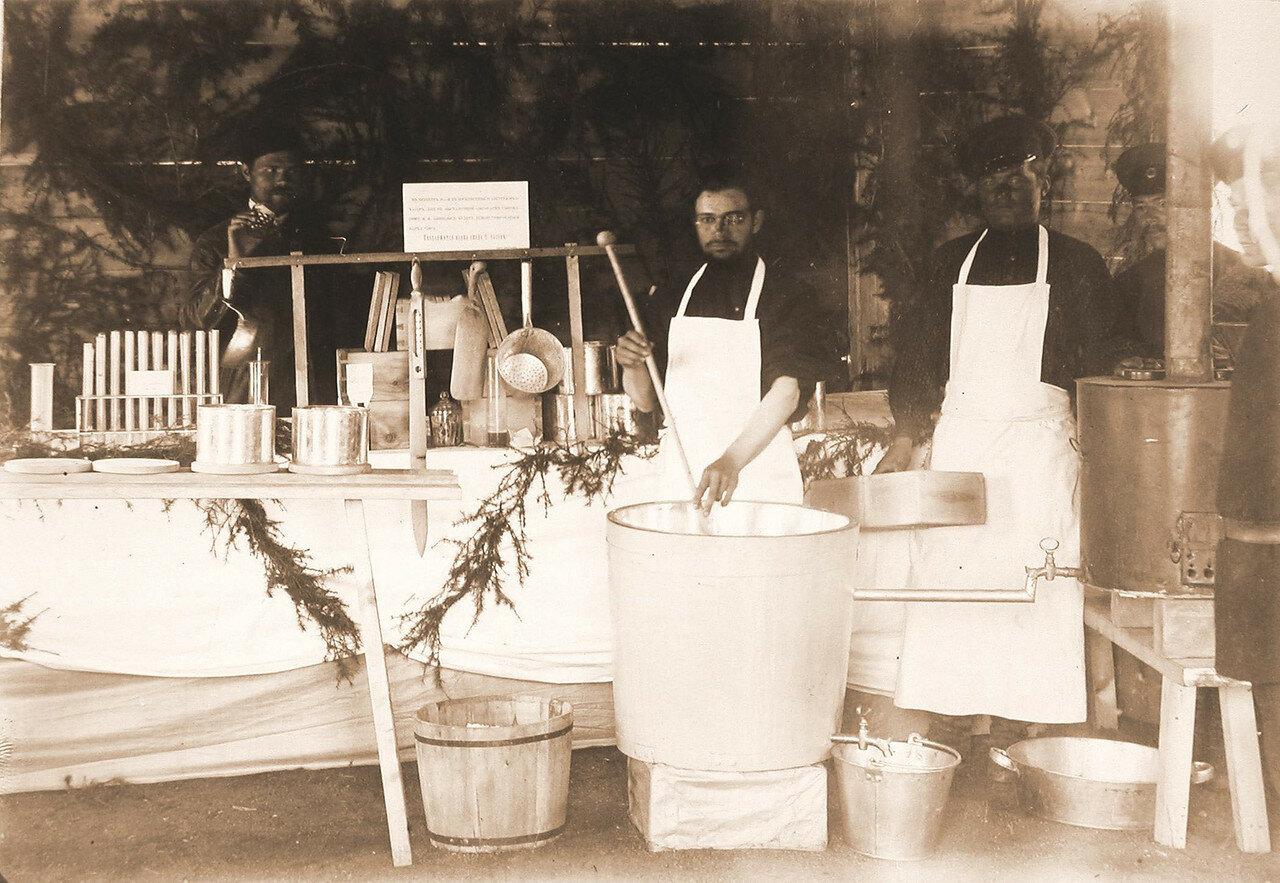 23. Служители за приготовлением сыров Бакштейна и Тильзитского в молочном павильоне