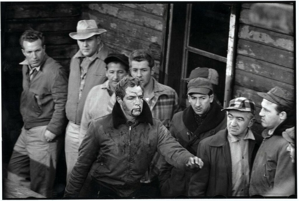 USA. New York City. 1954. American actor Marlon BRANDO during the filming of On the Waterfront directed by Elia KAZAN.jpg