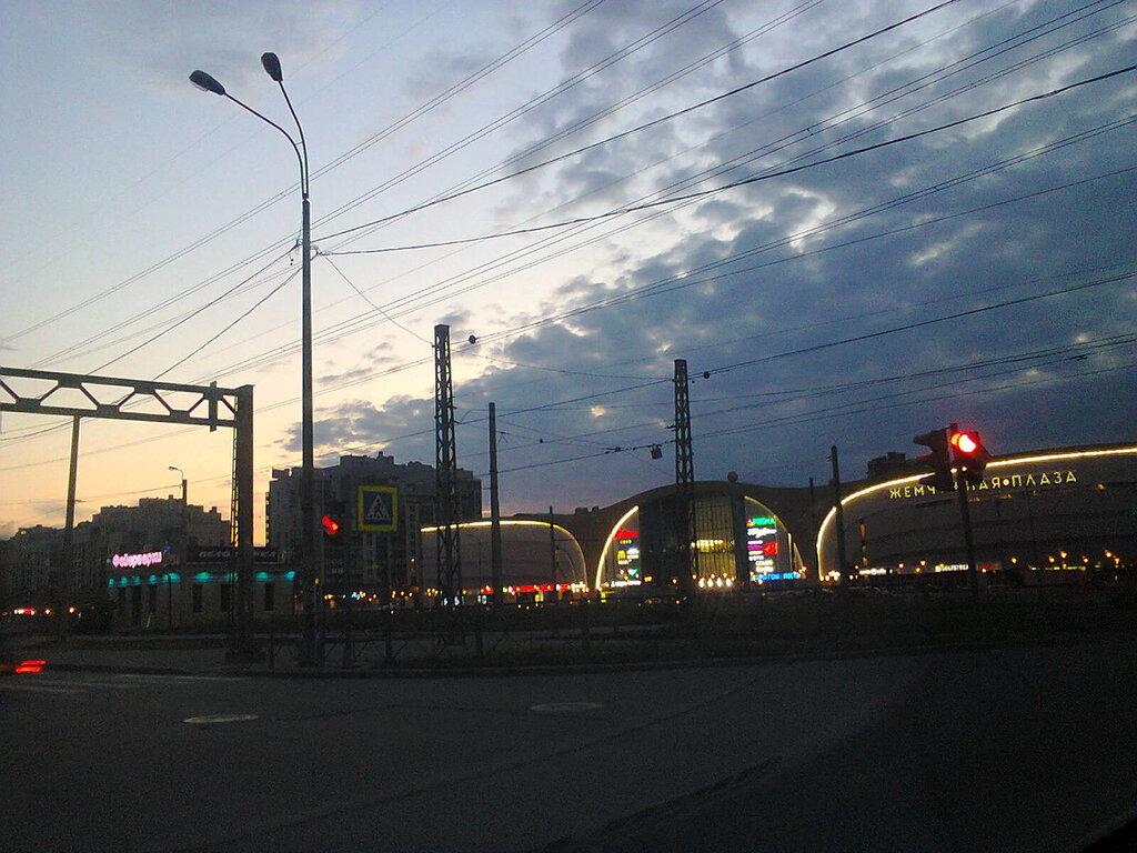 Неработающие фонари вдоль Петергофского шоссе (Красносельский район Санкт-Петербурга, Балтийская Жемчужина), июнь 2014 года.
