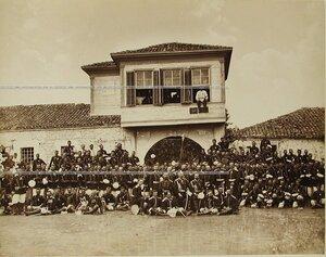 Солдаты и офицеры Сапёрного батальона у дома на стоянке.